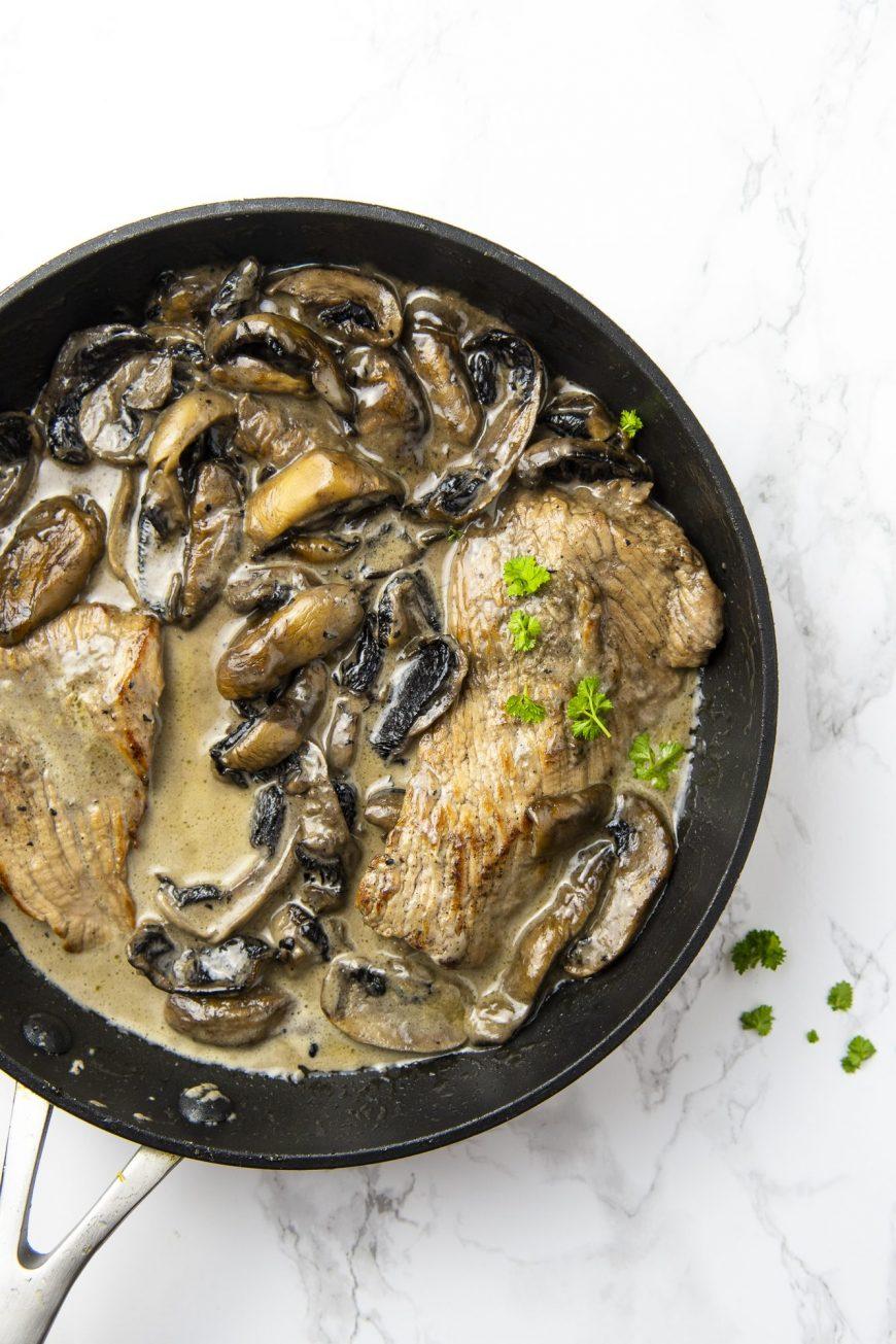 Recette cétogène, low-carb, sans sucre d'escalope de veau à la crème et aux champignons